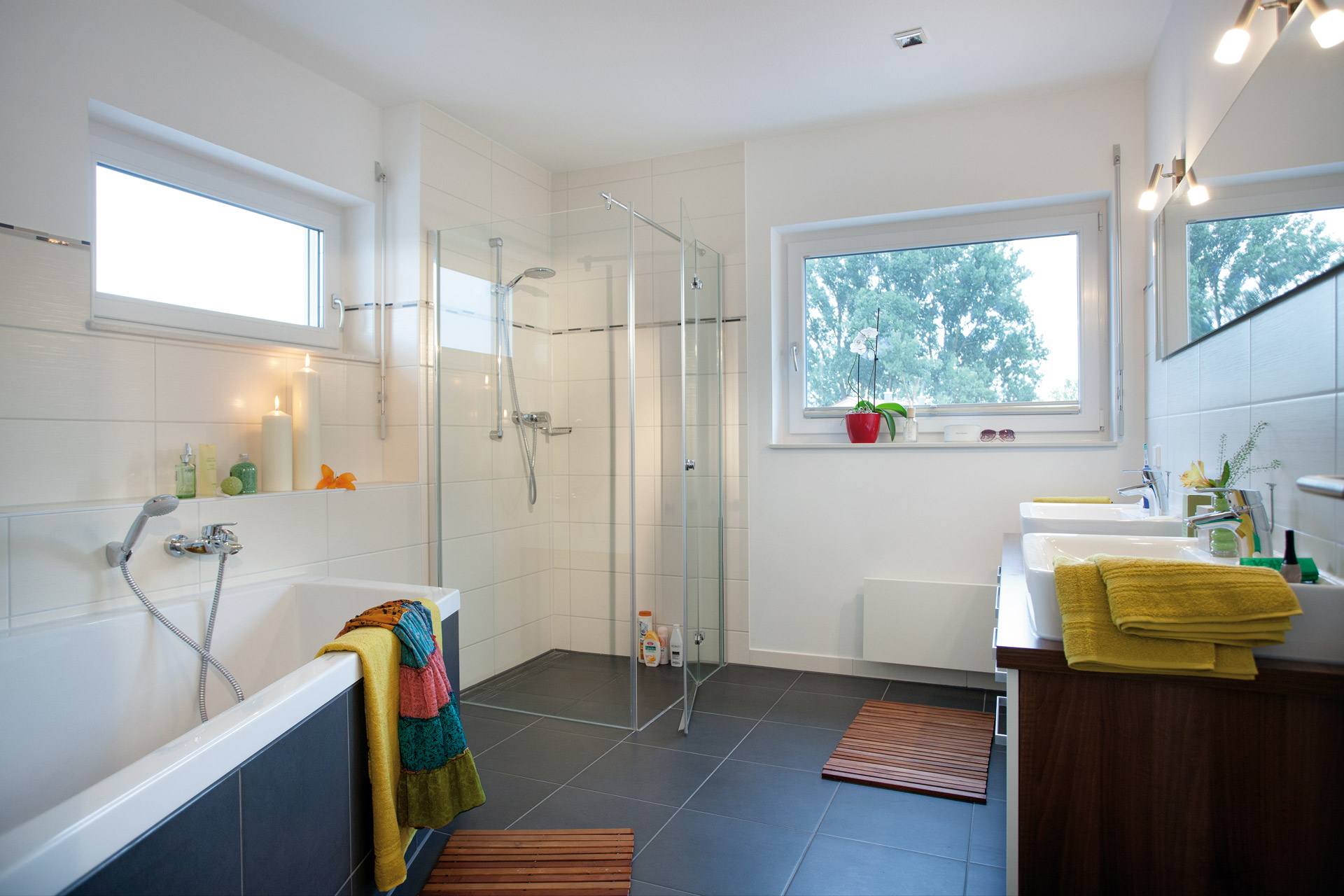 Bathroom with large bathtub, two waschbasins and shower