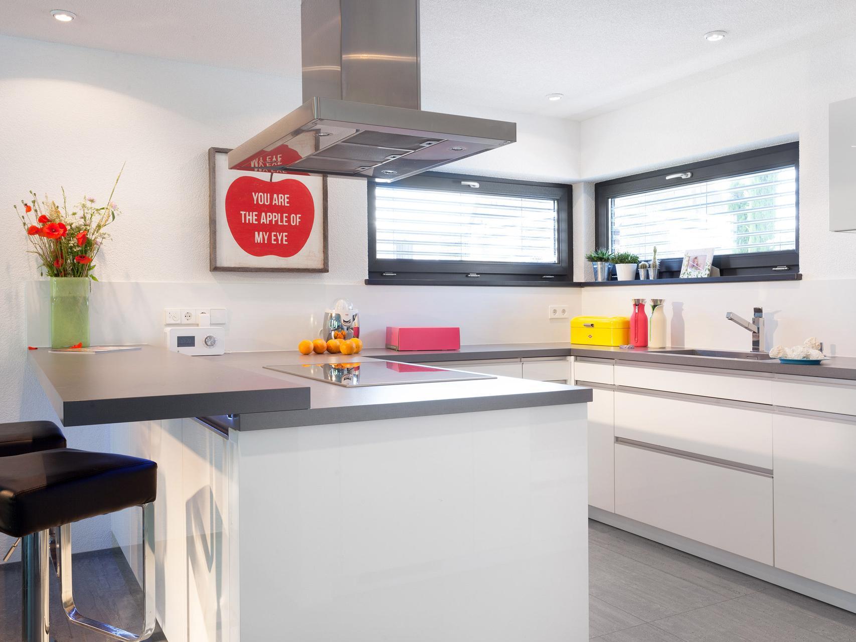 Kommunikative Offene Küche In Creme. Durchdachte Küchenlösung Mit Theke