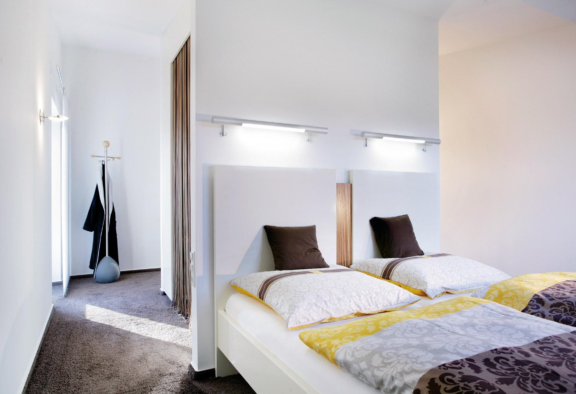 schlafzimmer mit ankleide modern bettdecken schwitzen kopfkissen f r seitenschl fer 155x220. Black Bedroom Furniture Sets. Home Design Ideas