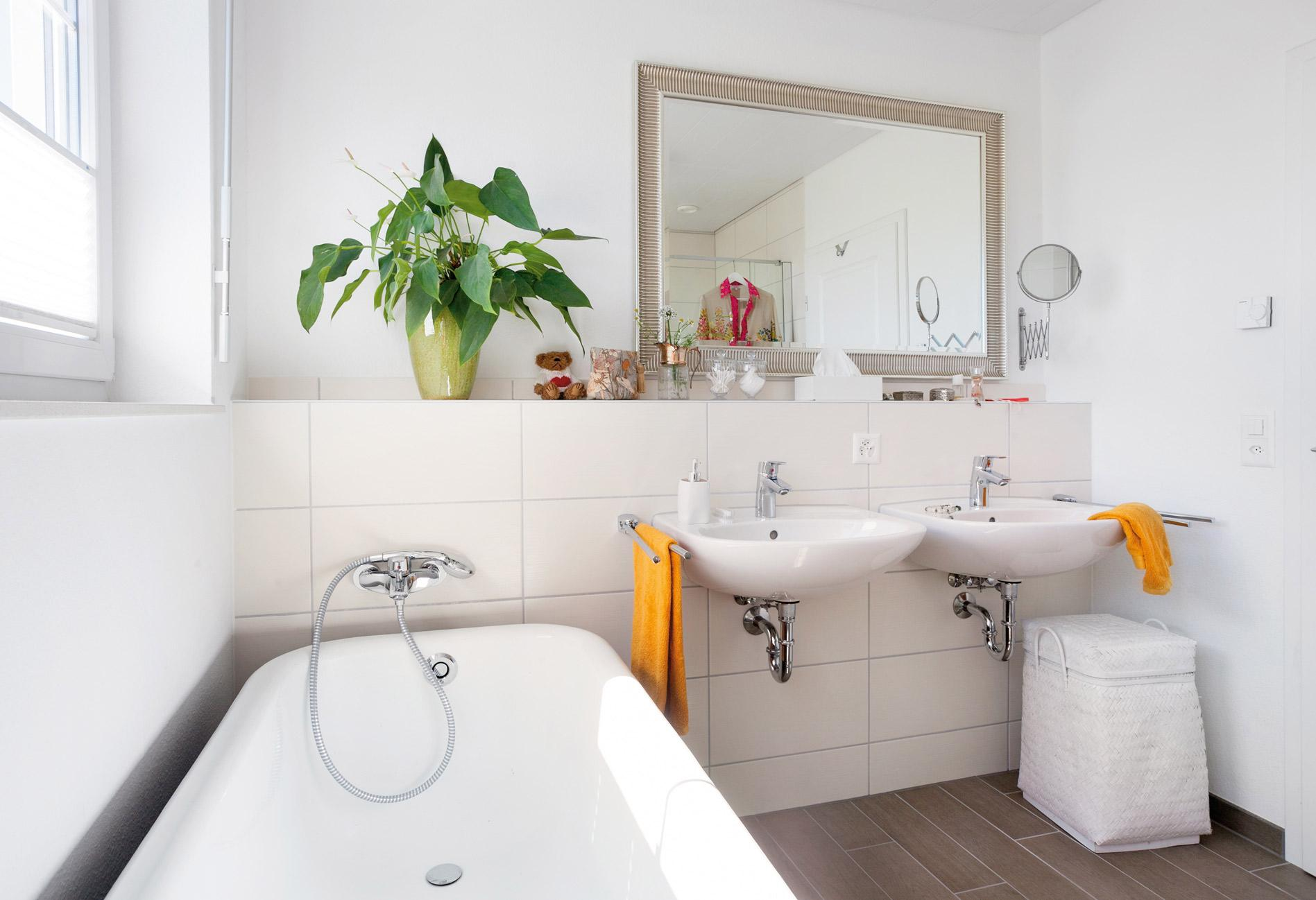 Classic and bright bathroom